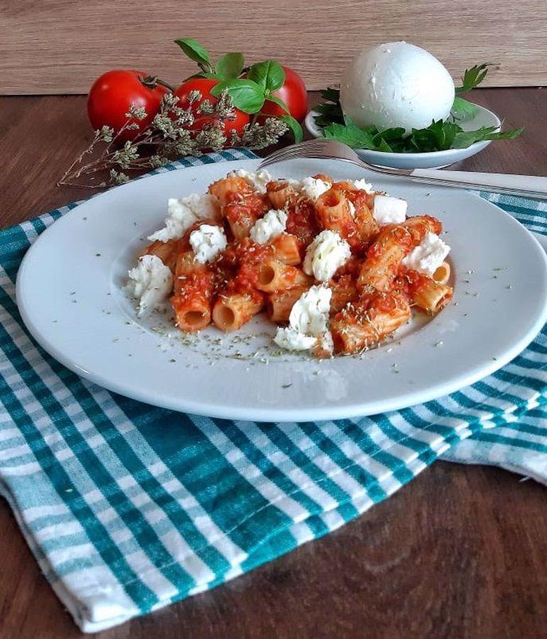 Ricetta: tortiglioni al sugo di pomodoro e verdure con straccetti di mozzarella di bufala e origano